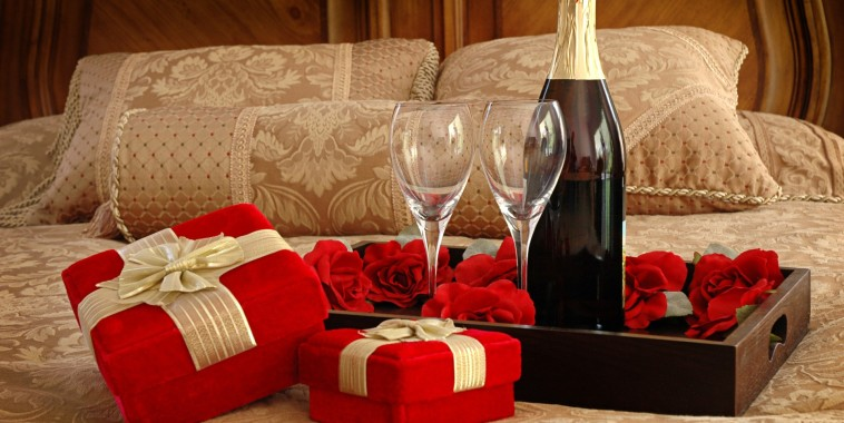 http://mildirectory.com/valentines-day-gift-for-couple-with-full-of-sweets/cloths-and-wine-and-roses-valentines-day-gift-for-couple-idea/